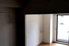 リフォーム前の部屋とダイニング。  壁があるため、ダイニングに光が入りません・・・。 暗いですね。