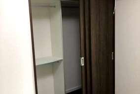 和室を洋室に、押入をクローゼットに。  両側から使えるように3枚連動引戸を設置。