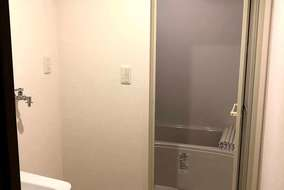浴室と洗面室。  トイレと別々なので広々と使えます。