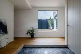 玄関に入ると中庭が見えるようになっています。玄関にはシューズクロークがあり十分な広さを取っています。