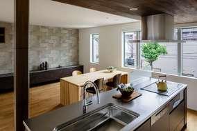 キッチンの食洗機はミーレの食洗機を採用して、天板はステンレスのバイブレーションを使っています。
