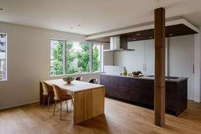 キッチンの背面の収納には、キッチン家電、食器など多くの物を収納出来るようになっています。