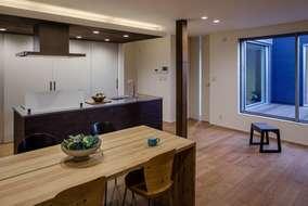 キッチンの天井には無垢材を張っています。間接照明を付けた事により生活シーンに応じた使い方が出来ます。
