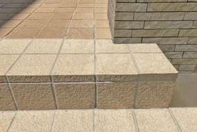 床タイルは既存と新規のタイルでツートンデザインで仕上げました。