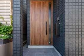 外壁は黒のサイデイングを採用しています。木目の玄関が映える外壁になっています。
