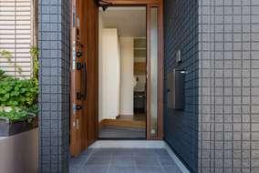玄関を入ると小さな廊下があります。