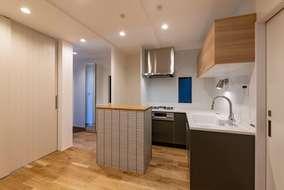 1階にはキッチンと和室があります。可動式のカウンターは製作したオリジナルカウンターです。