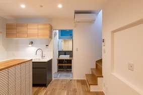 キッチンの奥には水廻りがあります。床にはオークのフローリングを張っています。
