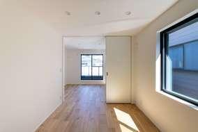 2階の居室は2部屋あります。使う用途に合わせ建具で間仕切りを作っています。