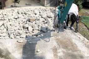 ~斫り~まずは既存の土間コンクリートを壊していきます