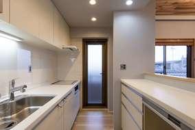改修後のキッチンになります。規格品のユニットキッチンをうまく使い開放的な一体的なリビングにしました。