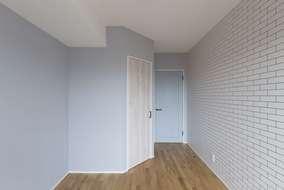 改修後の洋室になります。扉、クロスで色付けをして以前の洋室のイメージとは変わり明るい洋室になりました