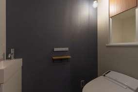 改修後のトイレになります。照明をコードペンダントにしてクロスでポイントを付けいい感じに仕上がりました