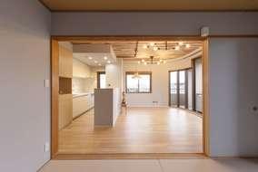 リビングにつながった和室からの写真になります。新築同様になりました。