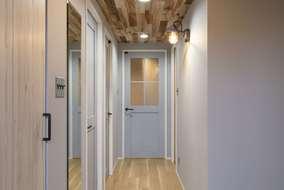 玄関入った廊下の写真になります。照明のスイッチもこだわっています。随所にこだわりがいっぱいです
