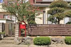 お手入れが大変だった生垣を撤去し、人工木材のフェンスを設置しました。
