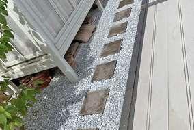 ガーデンルーム下と外周りは、防草シートと白砕石を敷き、雑草対策を。