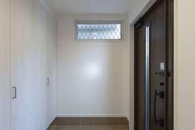 玄関を入って大きな収納があります。半分は土間から使える収納になっています。