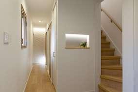 廊下にはニッチを作りアクセントでエコカラットを張り間接照明が良い感じに来客者を迎え入れます。