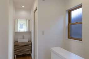 廊下には洗面化粧台も新設しました。多目的に使える洗面になります。帰宅時の手洗いもバッチリです。