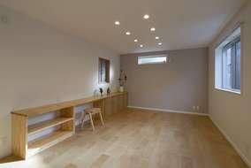 リビング内に作った造作家具になります。ナチュラルな家具の色合いが良い感じに部屋に馴染んでいます。