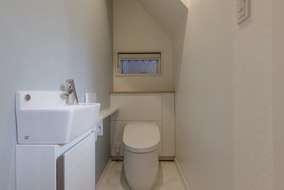 階段下を利用したトイレになります。