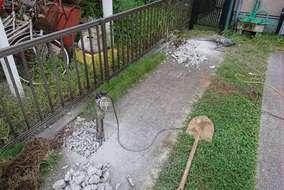 柱位置の土間コンクリートを壊して柱を建てます