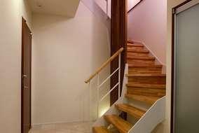 玄関①に入ると大きなシューズクロークがあり階段は鉄骨のストリップ階段床は石を張ってあります。