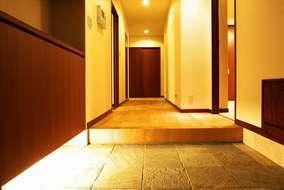 玄関②は色合いを和を基調にし色のトーンを落ち着く暖色系でデザインしています