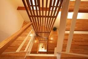 1階玄関からロフトまでつながっている吹き抜け。長さ約12mある杉のルーバは圧巻です。すごいの一言。