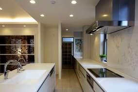 キッチンは製作品で、ガスコンロ側家電収納は5m50㎝になりこんなに長いキッチンは初めて作りました。