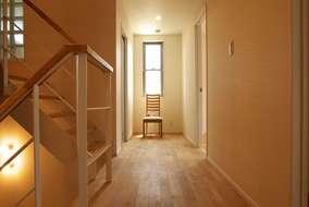 直線的な廊下が綺麗です。ロフトに行く斜めの天井には シナ材を張っています
