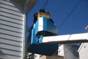 ポールから引き込んでいた電線を支持点を作り建物に直接に引込みます。