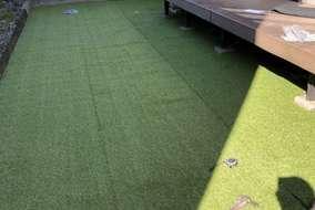 今回使用した人工芝はペットや子供にも安全なホルムアルデヒド検査済の物をご用意させていただきました