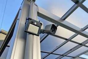 防犯カメラを設置し、完璧な防犯対策のクローズ外構。