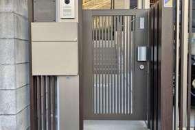薄型デザインのスリムな機能門柱は、省スペースで場所を選ばず設置できます。