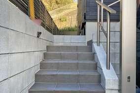 玄関までの階段には手すりを設置し、お子様も安心です。