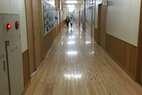 明るい廊下です 走ってはいけませんが走りたくなりますね