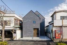 三角が連なる三角が象徴的な家になっています。外壁もまた異素材で他ではあまり見れない素材です。