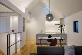 外観と同じくリビングの天井は三角の天井。空間の広がりが同じ広さでも天井の高さが広さを感じさせています