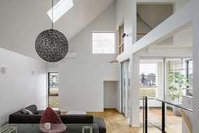 三角の天井には大きな天窓をつけて明るい光を取り入れています。