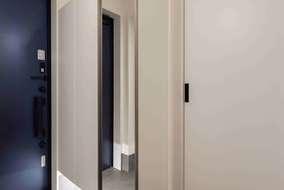 玄関は広めにとり大きな下駄箱をつけています。