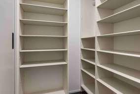 シューズクロークには靴以外の品物も入れられるように可動式の棚をたくさん付けています。