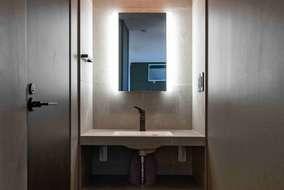お施主さんこだわりの造作洗面、鏡の裏にはタイルを張っています。
