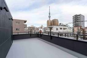 お子さんのプールも出来る大きな屋上からはスカイツリーが見えます