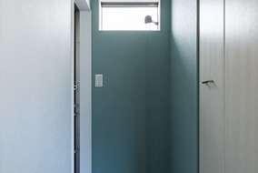 玄関についている窓は高めに取り付け隣家の目線も気にならない位置に設置しています。
