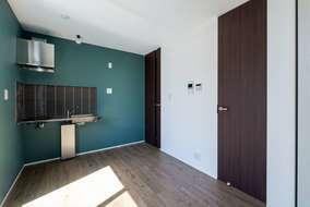 室内建具は天井まであり空間が広く見せる工夫もしています。