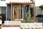 芝生と植木だけのお庭に、スモールデッキを設置することで、お庭を利用しやすくしました。