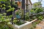 洋風の井戸をイメージした花壇で、まだ小さいですが、バラが絡んでより美しくなる予定です。