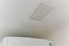 2×4の建物なので壁に電線が通らないので天井にコンセントを取付しました。